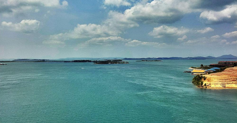 Air laut yang berwarna hijau toska dan hamparan pulau-pulau kecil memikat mata.