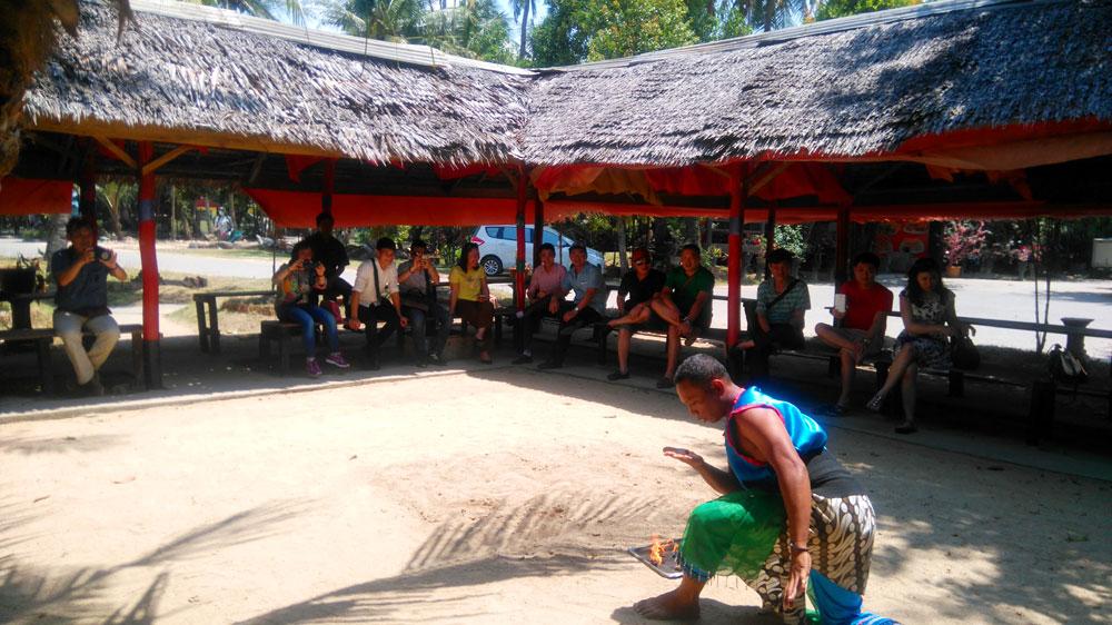 Turis menyaksikan atraksi yang disajikan usai makan siang. Atraksinya makan api lho!