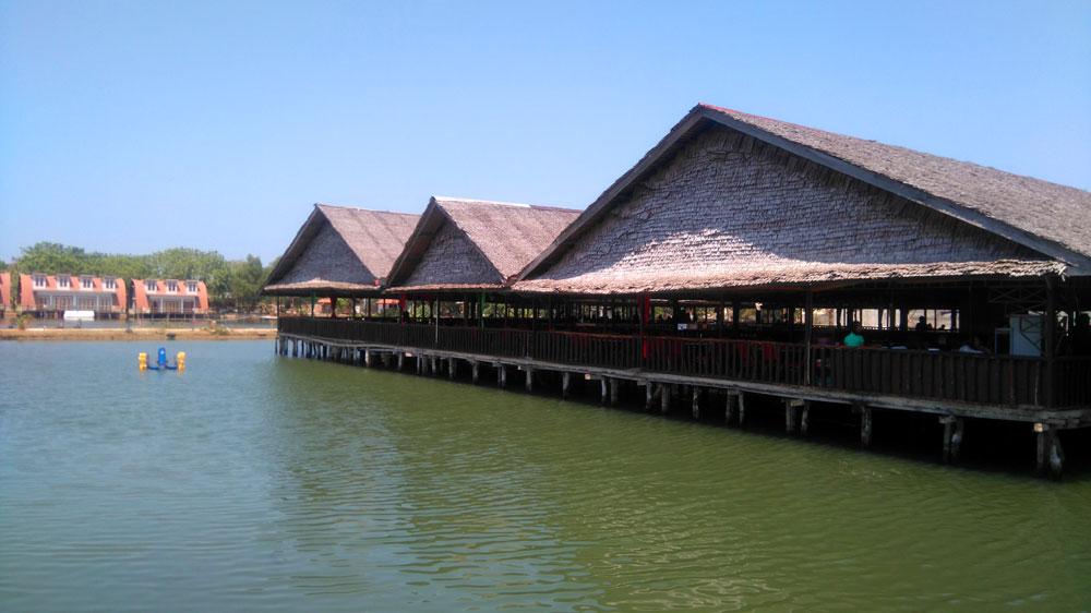 Restoran yang berdiri di atas kolam.