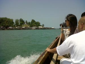 Pompong membelah laut membawa kami mengelilingi pulau sekitar Jembatan Barelang.