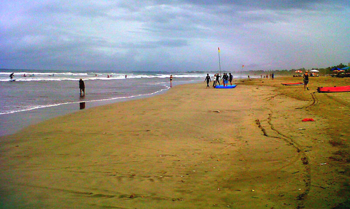 Pantai Kuta di sore hari.