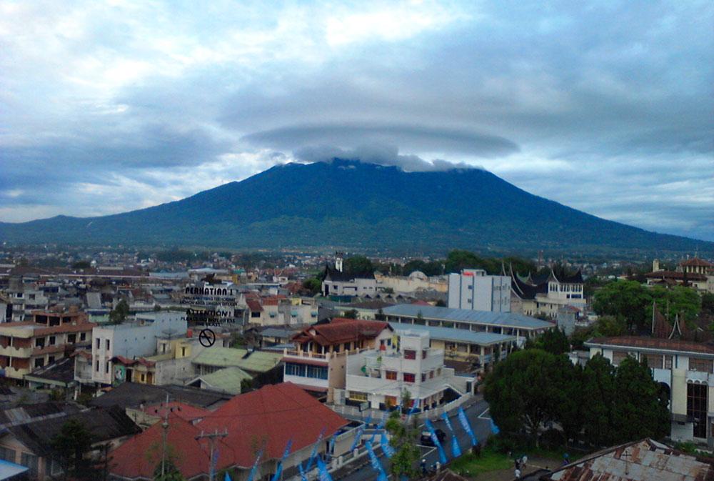 Kota Bukittinggi dengan latar Gunung Marapi.