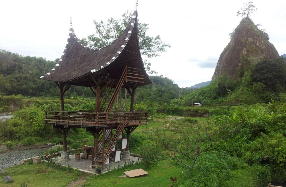 Ada saung atap gonjong di Ngarai Sianok.