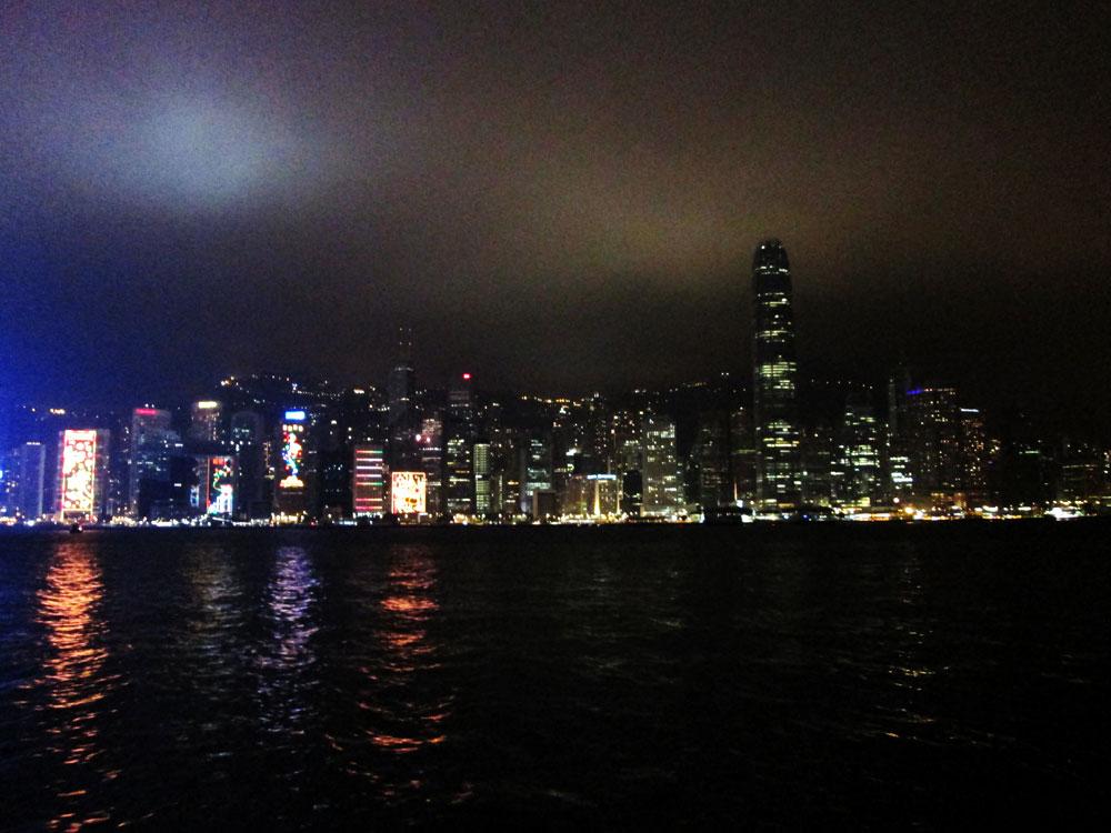 Pemandangan bangunan pencakar langit di Hongkong pada malam hari.