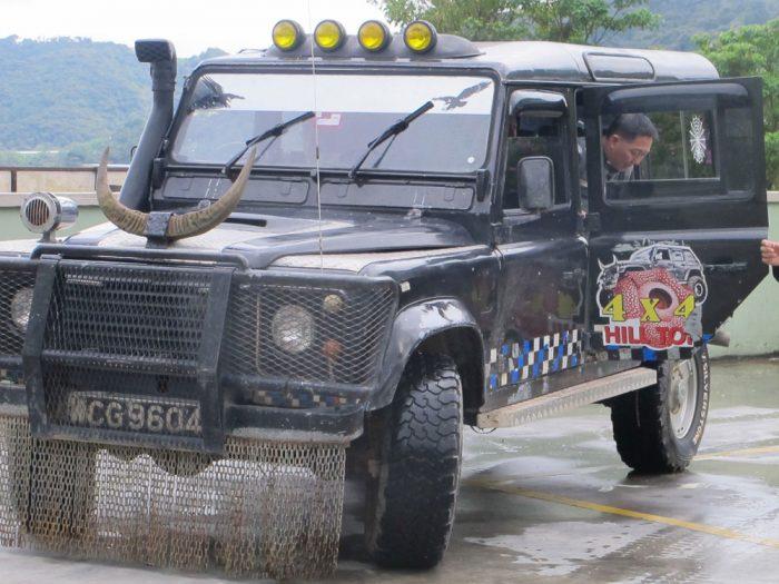 Jelajahnya pake jeep ini.