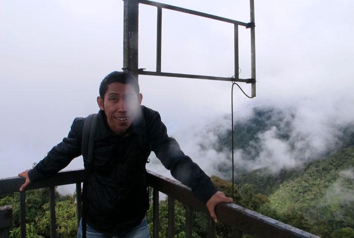 Di Puncak Gunung Brincang. Saking dinginnya lensa kamera berembun. Lol