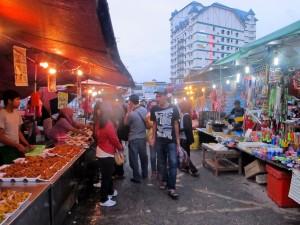 Paget kaget yang buka dari sore sampe tengah malam ini menawarkan beragam kuliner jalanan.