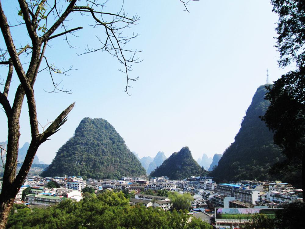 Yangshuo dikelilingi bukit-bukit kapur yang menawan.