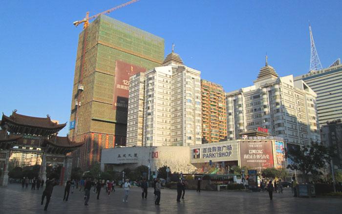 Warga senam pagi di alun-alun Kota Kunming.