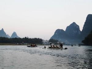 Mengarungi Sungai Li dengan perahu sewaan.