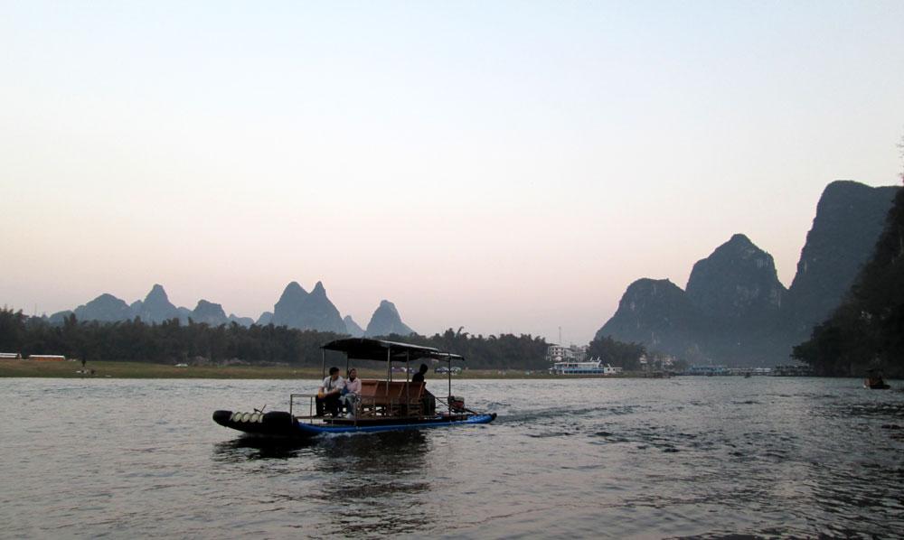 Mengarungi Sungai Li.