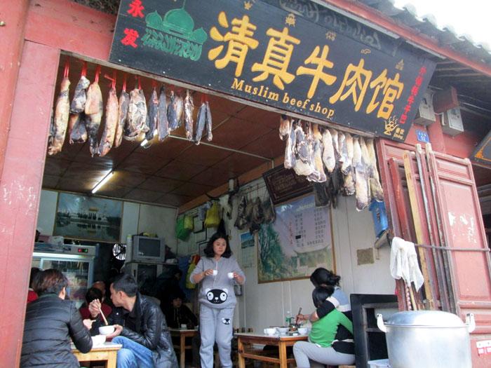 Muslim beef shop. Di kedai ini menjual makanan halal dan menikmati mienya tiap hari.