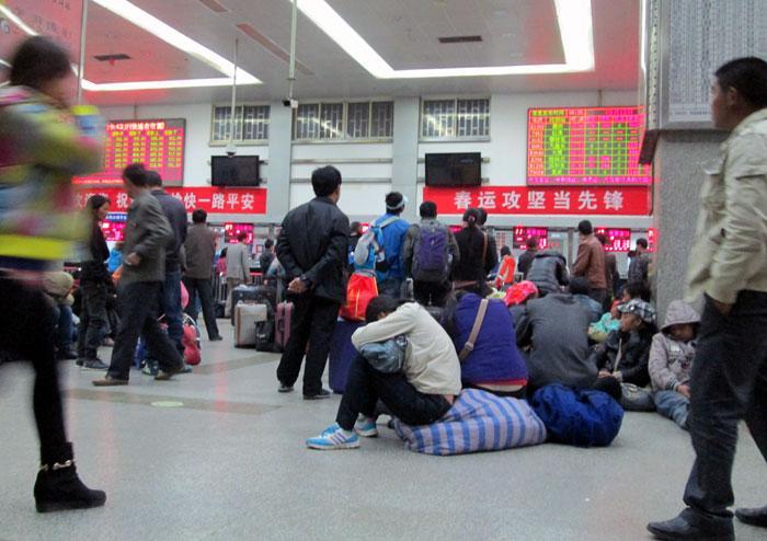 Suasana di stasiun kereta Kunming saat kami tiba subuh.