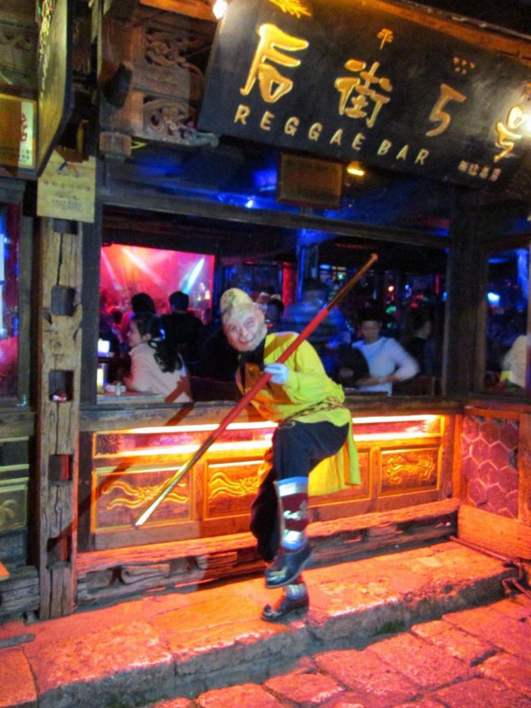 Sun go kong, si penjaga Reggae Bar