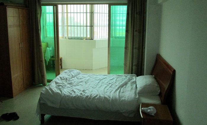 Kamar dan ranjang saya di Xinfu Hostel Nanning.