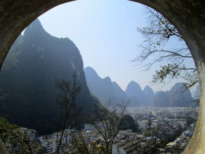 Pemandangan Kota Yangshuo dari atas Moon Hill.
