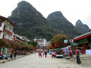 Suasana Kota Yangshuo dengan latar bukit karst.