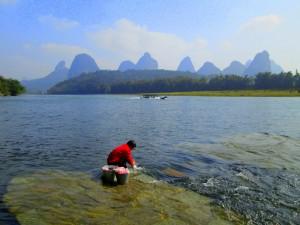 Sungai Li, airnya jernih dan sejuk.