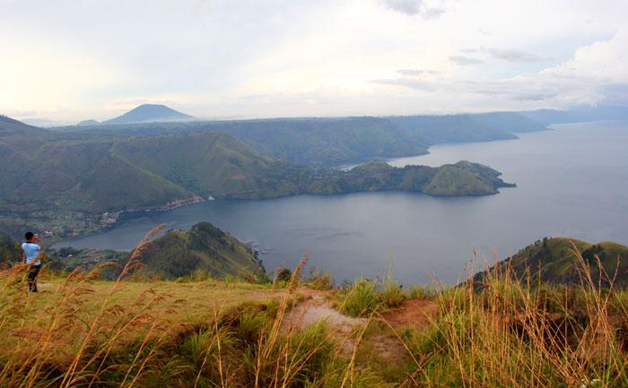 Danau Toba dilihat dari One Tree Hill.