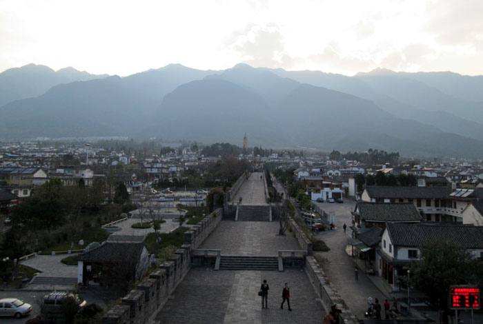 Kota Kuno Dali dengan latar Pegunungan Changsan