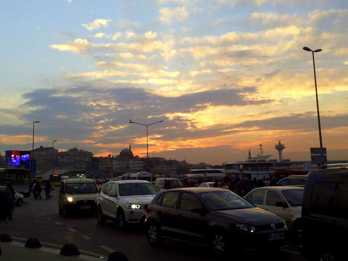 Menjelang malam, jalan-jalan di Istanbul seperti di Jakarta, macet.