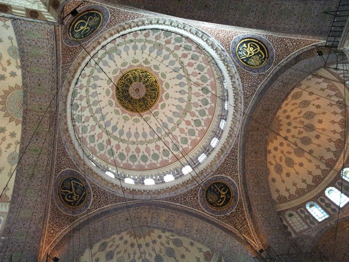 Langit-langit masjid dengan ornamen yang rumit dan indah