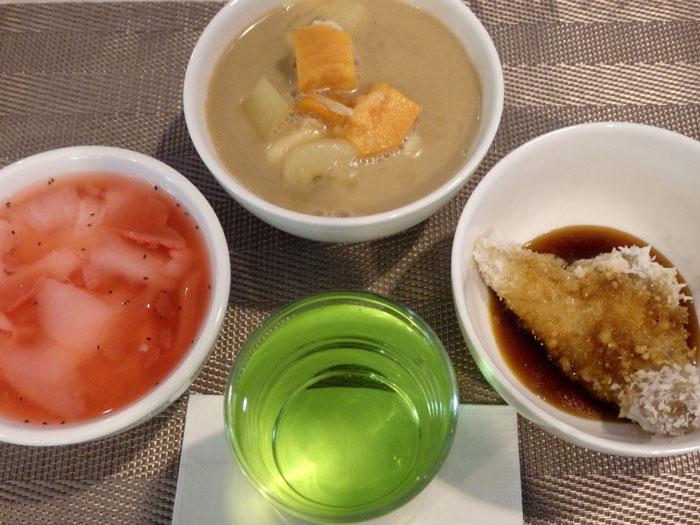 Kolak, lopis, sirup, dan es kelapa