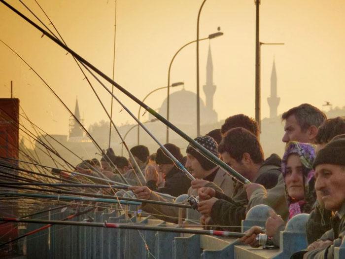 Pemancing yang ramai di Galata Bridge (sumber foto kavtsar)
