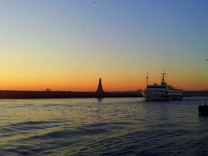 Kapal feri melintasi Selat Bosphorus