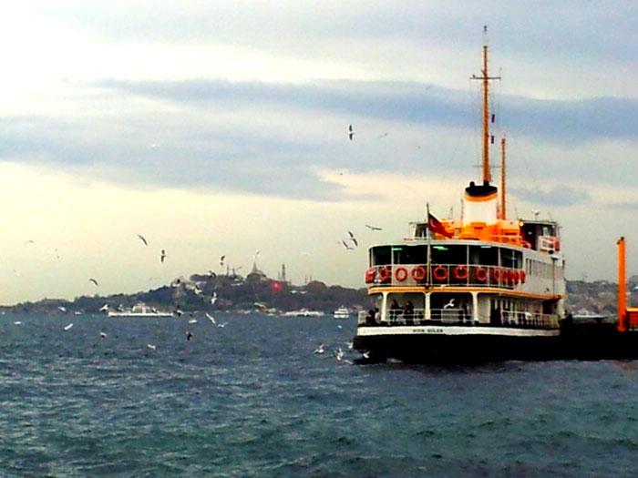 Kapal feri dari Besiktas (Istanbul Eropa) ke Kadikoy di Istanbul sisi Asia