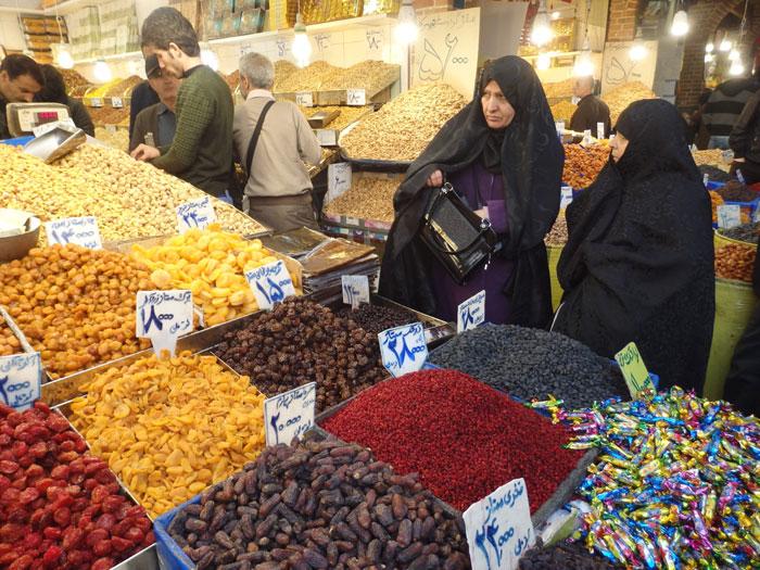 Wanita Iran berbelanja di Grand Bazar Teheran