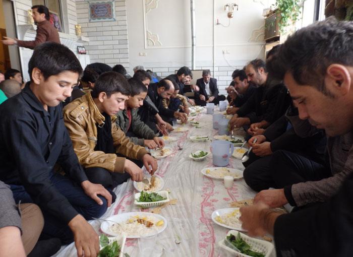 Makan siang bersama usai pementasan teater rakyat
