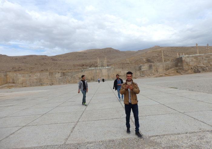 Orang Iran ini memotret saya dan mengajak berfoto bersama teman-temannya.