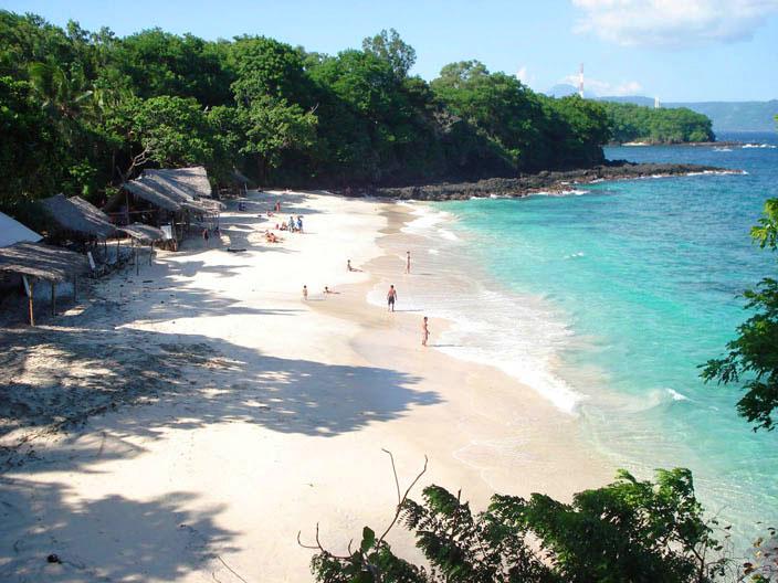 Pantai ini tersembunyi di balik hutan jadi disukai bule.