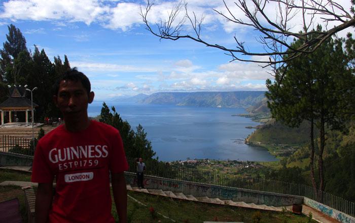 Danau Toba dilihat dari spot air terjun sipiso-piso