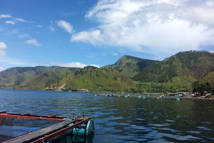 Danau Toba yang dijejali keramba ikan.