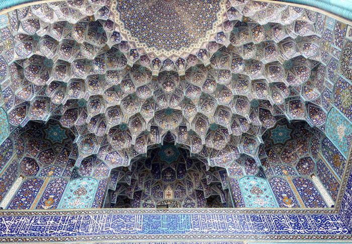 Dekorasi langit-langit pintu masuk masjid yang detil dan rumit