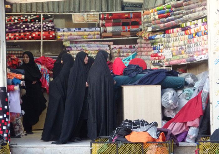 Wanita Iran berbelanja kain di salah satu toko di Kota Tua Yazd